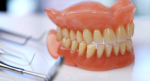 zubnye-protezy-pri-polnom-otsutstvii-zubov